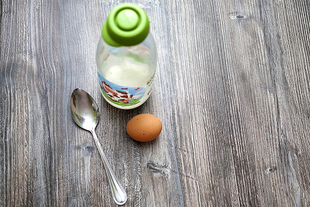 Молоко и яйцо для смазывания булочек